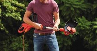 Mann hält Rasentrimmer